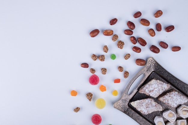 Gebaksbord met marmelades, lekkernijen en noten