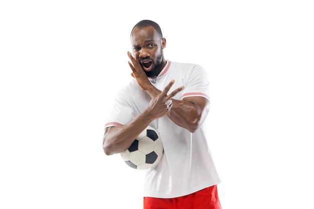 Gebaren, tekenen. professionele voetbal, voetballer geïsoleerd op een witte studio muur.