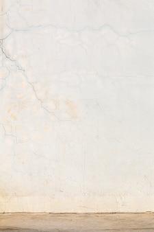 Gebarsten cementmuur en de achtergrond van de vloertextuur