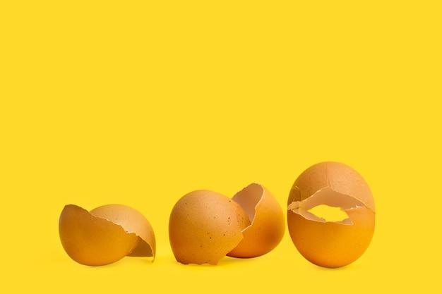 Gebarsten eierschalen op een witte achtergrond in een bovenaanzicht