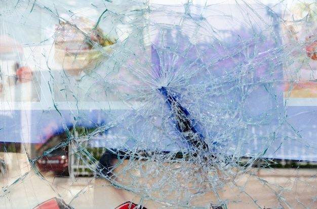 Gebarsten en gebroken glazen raam