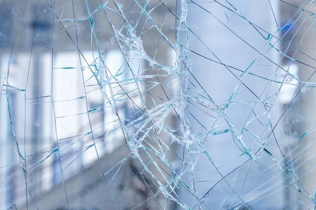 Gebarsten glas op een winkelvensterachtergrond