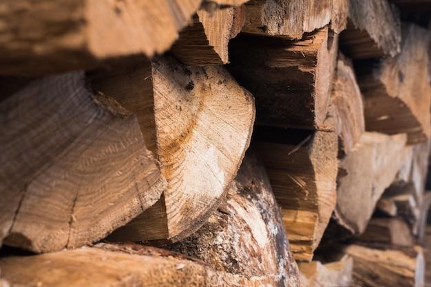 Gebarsten hout in de zon. woodpile (boomstapel). stapels brandhout. brandhout voor de winter.