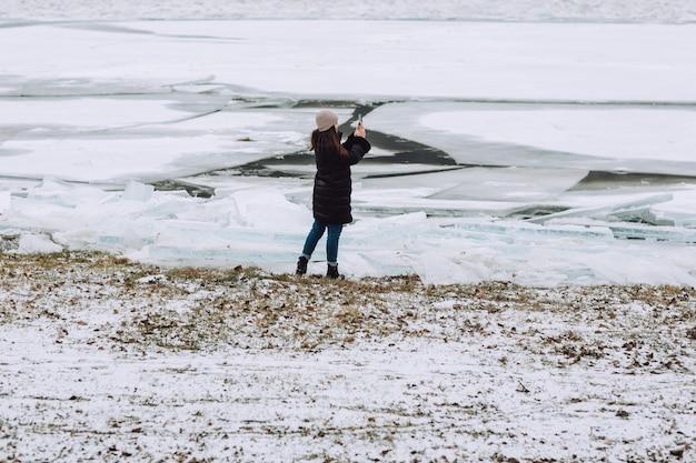 Gebarsten ijs, veel stukjes ijs op de rivier
