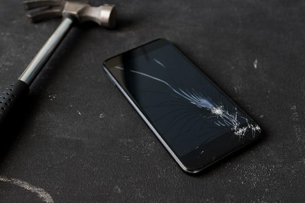 Gebarsten mobiele smartphone verpletterd door een hummer.