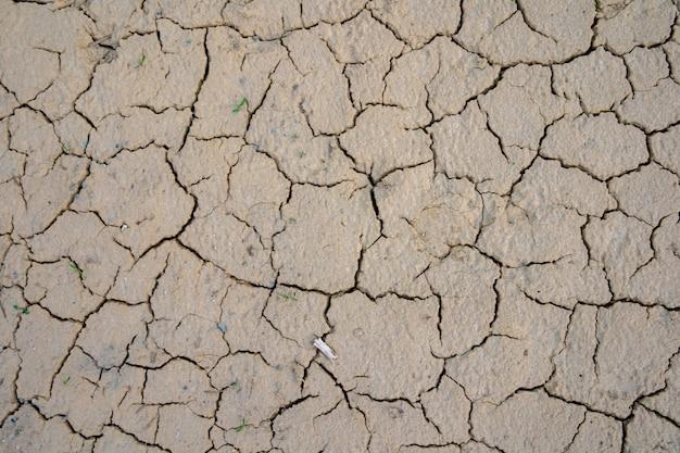 Gebarsten opgedroogde grond, droogteachtergrond