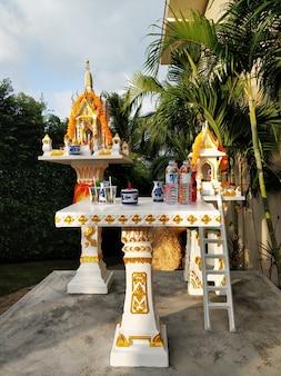 Gebed tempel. boeddhistische religie, offers aan de goden.