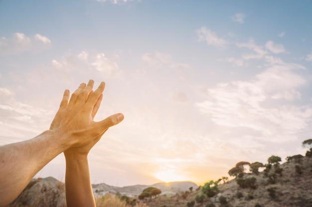 Gebeden handen, hemel en kopie ruimte