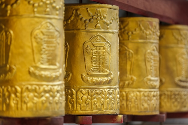 Gebedsmolens in het tabo-klooster. tabo, spiti valley, himachal pradesh, india