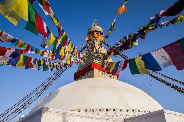 Gebedsvlaggen bij de belangrijkste boudhanath stupa in kathmandu, nepal