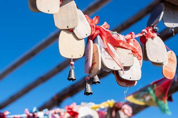 Gebedsvlaggen en stoepa op het hoogtepunt van shika snow mountain