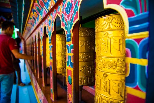Gebedwielen bij het bhutan-klooster paro
