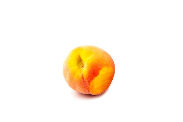 Gebeten perzik of nectarine op witte achtergrond heerlijk sappig vers fruit