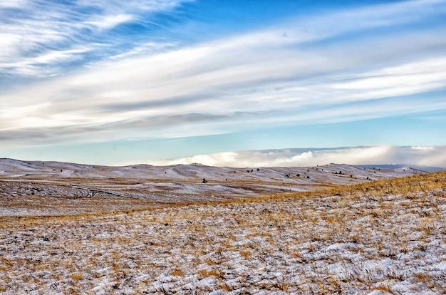 Gebied met bomen en hemel met wolken in siberië, olkhon-eiland in de winter