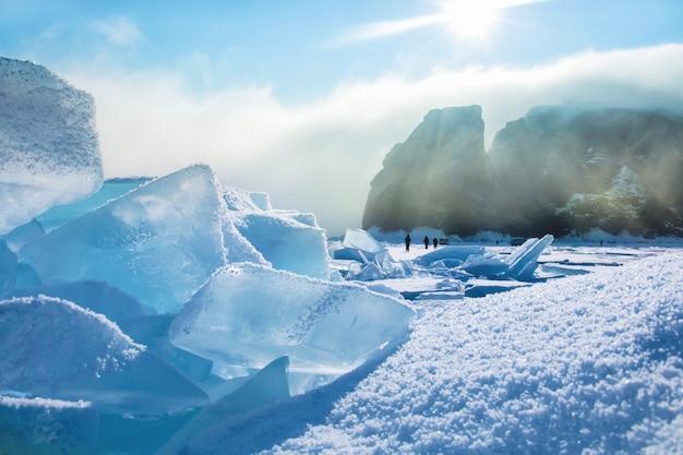 Gebied van blauw ijs en rotsen met zon