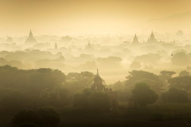 Gebied van de de pagode het oude stad van de zonsopgangscène in bagan myanmar. (hoge beeldkwaliteit)