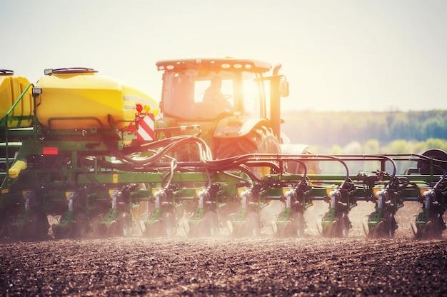 Gebied van het tractor het ploegende landbouwbedrijf als voorbereiding op de lente het planten