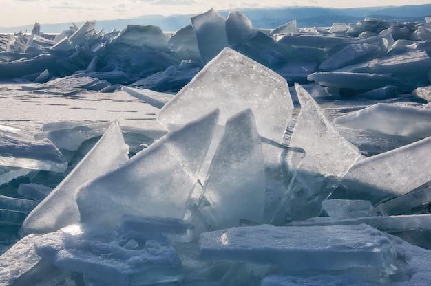 Gebied van ijsheuveltjes op het bevroren baikalmeer