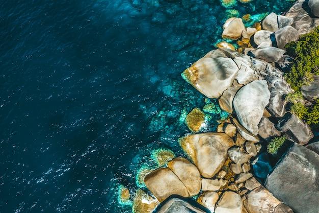 Gebiedsmening van de rots in boulder island, myanmar