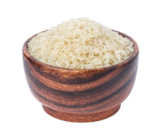 Geblancheerde rijst in een houten die kom op een wit wordt geïsoleerd