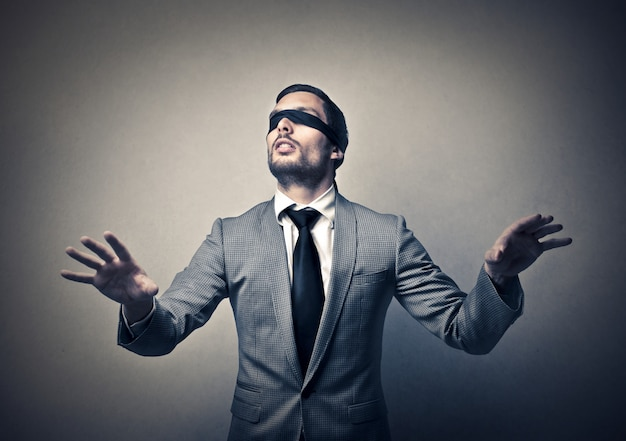 Geblinddoekte zakenman probeert te navigeren