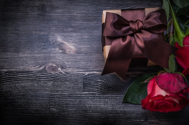 Gebloeide rozen giftbox op houten achtergrondvakantieconcept