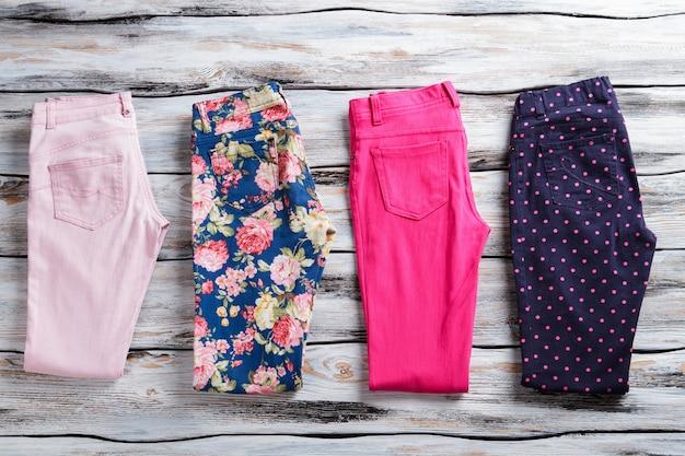 Gebloemde en roze gevouwen broek. damesbroek in felle kleur. lage prijs en gratis verzending. kleuren en patronen.