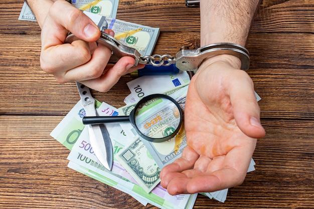 Geboeide handen op geldbankbiljetten
