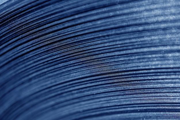Gebogen lijnen van gewalst metaal zijn gemaakt van plaatstaal.