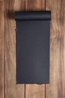 Gebogen of gescrolld papier op houten achtergrondtextuur