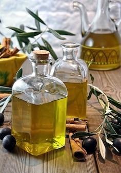 Gebottelde olijfolie in kleine glazen potten