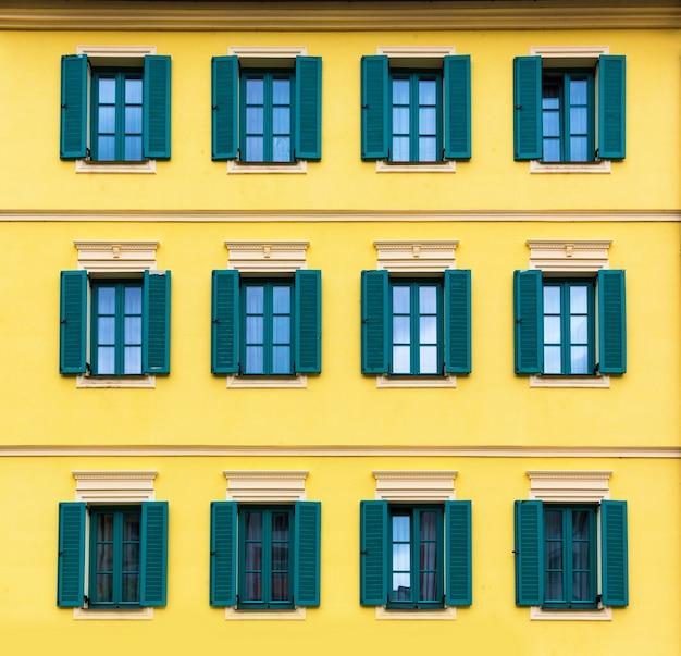 Gebouw gevel close-up, oude traditionele architectuur, karlovy vary, tsjechië, europa.