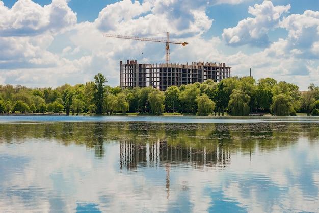 Gebouw in aanbouw aan de oever van een groot meer