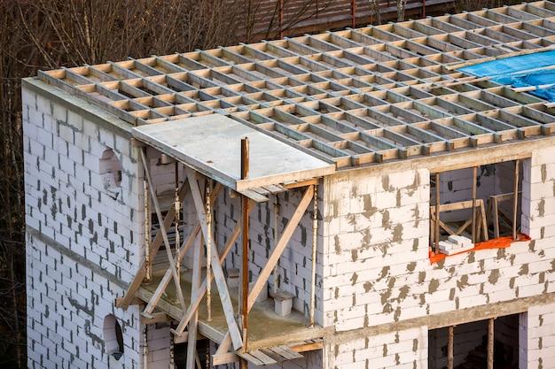 Gebouw in aanbouw. dakbalkenframe en dakbedekking