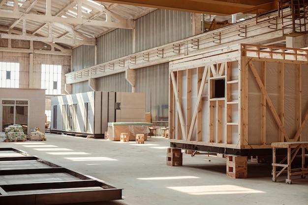 Gebouw in aanbouw met geprefabriceerde containers en hutten