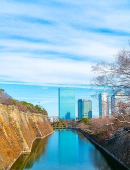 Gebouw in osaka met rivier rond kasteel osaka, japan