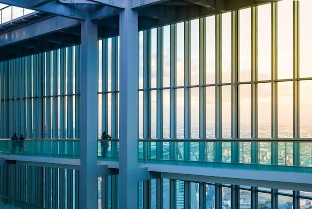 Gebouw met een glazen wand die vanaf een hoogte uitkijkt over de prachtige stad