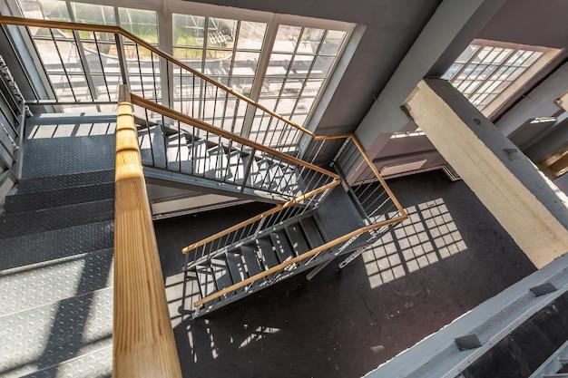 Gebouw met veel trappen en grote ramen