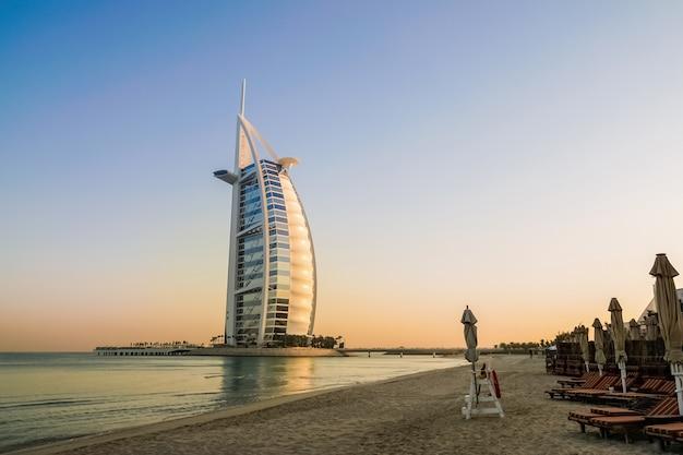 Gebouw van de burj al arab op strand