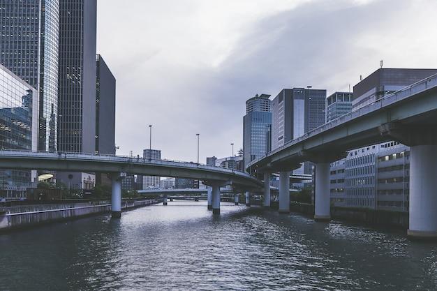 Gebouw van de stads het moderne stad van osaka dichtbij de rivier