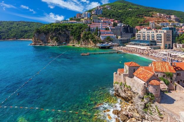 Gebouwen aan de kust van budva, uitzicht vanaf de citadel. montenegro.