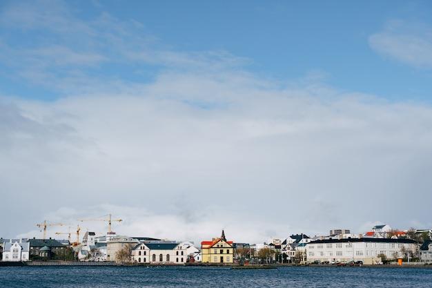 Gebouwen aan de oever van het tjodnin-meer in reykjavik, de hoofdstad van ijsland