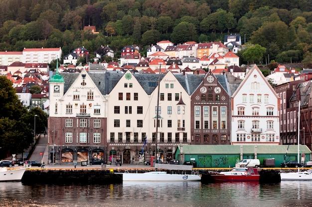 Gebouwen aan de waterkant, bryggen, bergen, noorwegen
