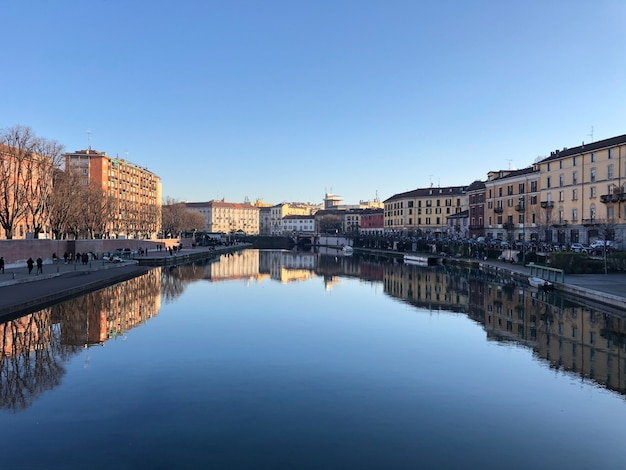 Gebouwen dichtbij de rivier, darsena-stad in milaan, italië.