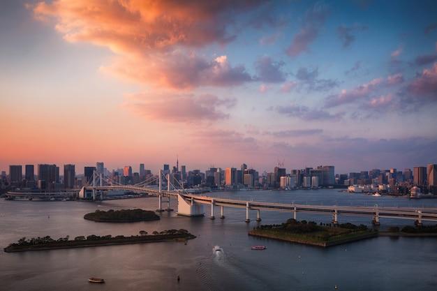 Gebouwen en brug bij zonsondergang in tokio