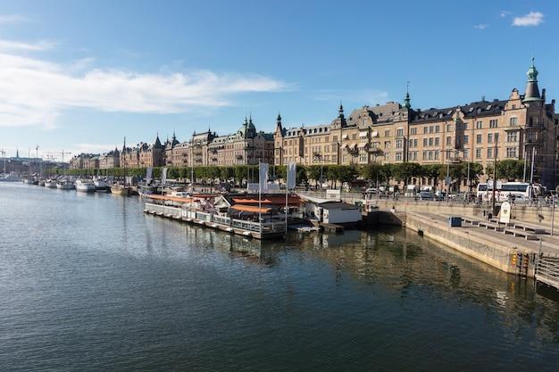 Gebouwen en jachten aan de oever van stockholm, zweden