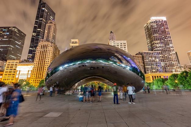 Gebouwen en mensen zijn weerspiegeld door the bean of the cloud gate in millenium park