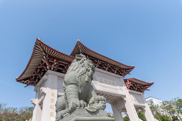 Gebouwen en standbeelden in het park van zeegod mazu