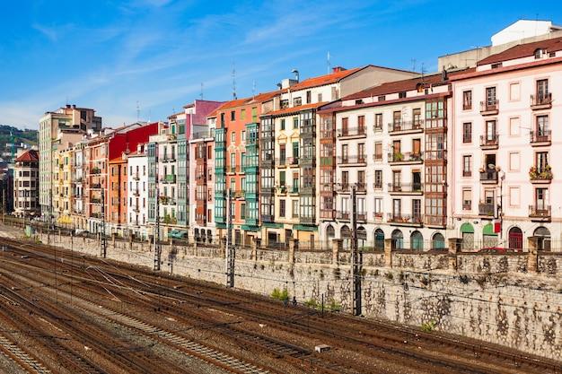 Gebouwen in het centrum van bilbao, de grootste stad in baskenland in noord-spanje