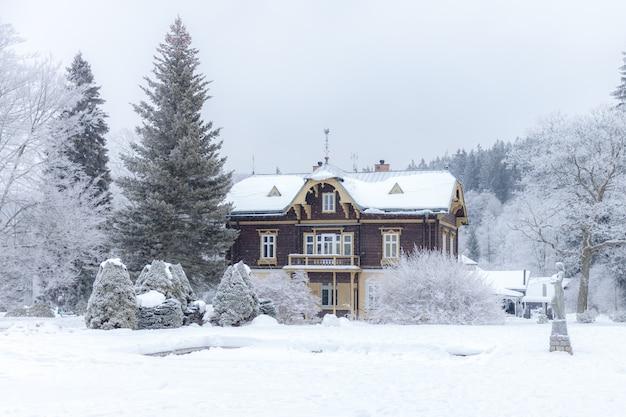 Gebouwen in het kuuroord, bedoeld voor rust, in de winter. wellness, hotel, ontspannen